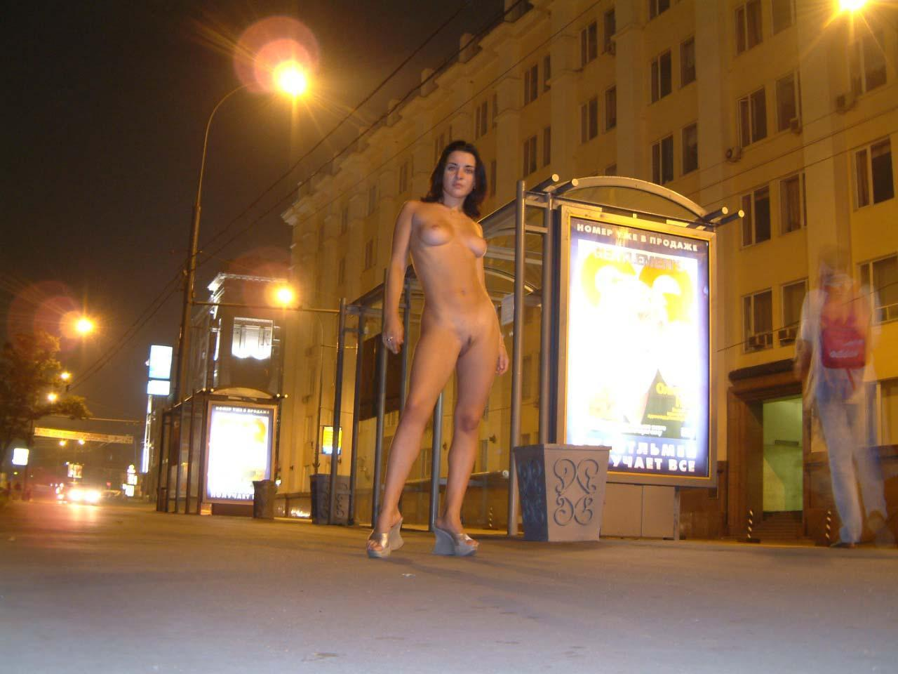 golie-moskovskie-zhenshini-risovat-sharzh