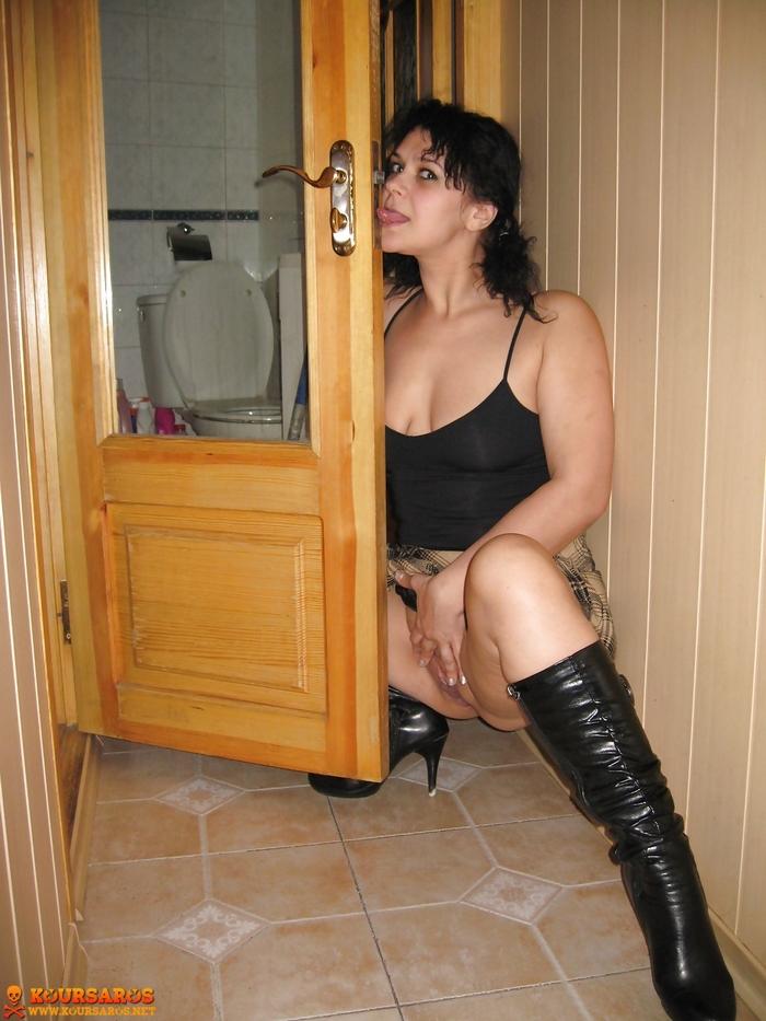 Ψηλή κι αφράτη Ιταλίδα Milf, μοστράρει το υγρό καυλωμένο μουνί της! 9