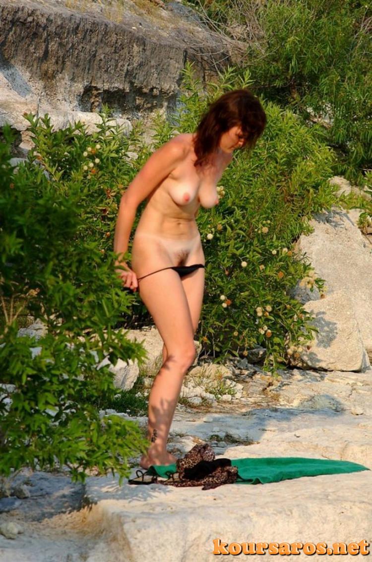 Фото у девушек в кустах на пляже переодеваются