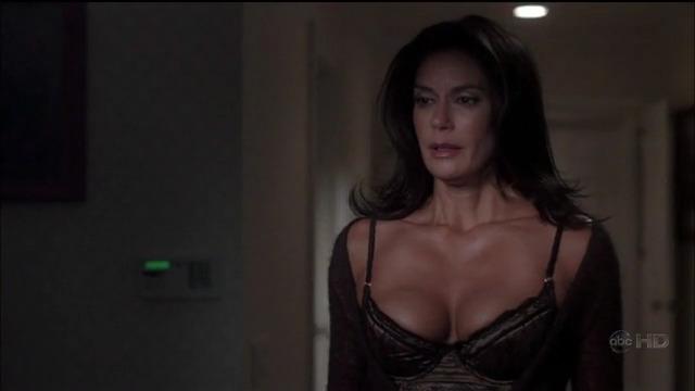 """Το υπερτούμπανο Teri Hatcher μας βγάζει τα μάτια με μπαλόνια της σε αυτό το βίντεο απόσπασμα από τη σειρά """"Desperate Housewives"""""""