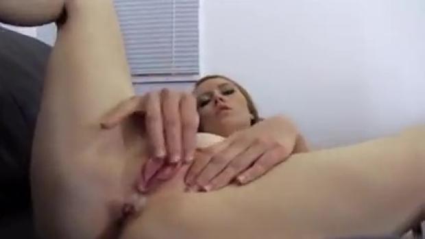 Καυτό ξανθό πιπίνι ξεκωλιάζεται και τα κάνει όλα σε ερασιτεχνικό βίντεο κάστινγκ!