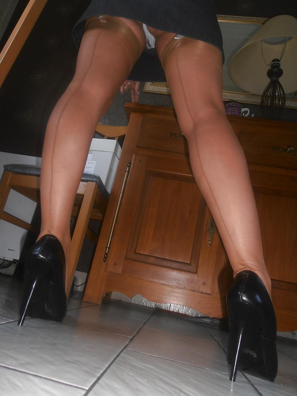 Ψηλή και έκφυλη ξανθιά MiLf, ποζάρει με ψηλοτάκουνες γόβες και ζαρτιέρες! 18