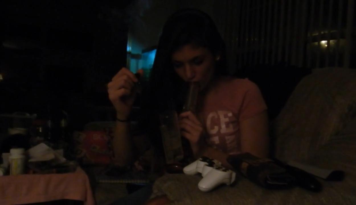 Κολεγιακό Ξέκωλο, καπνίζει μαριχουάνα από το μπογκ, ρουφάει και καβαλάει πούτσο!