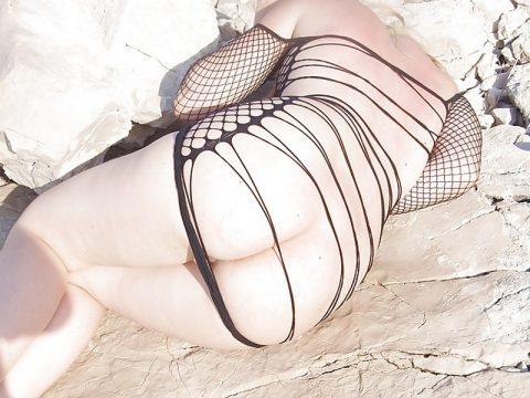 Έκφυλη, ξανθιά καύλα, φοράει ολόσωμο διχτυωτό, πρόστυχο φόρεμα και ποζάρει στα βράχια Ελληνικής παραλίας! 8
