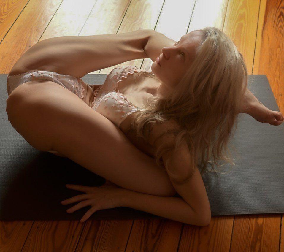 Yoga Flocke Nude & Sexy 103