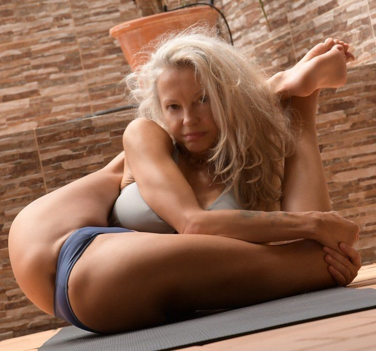 Yoga Flocke Nude & Sexy 112