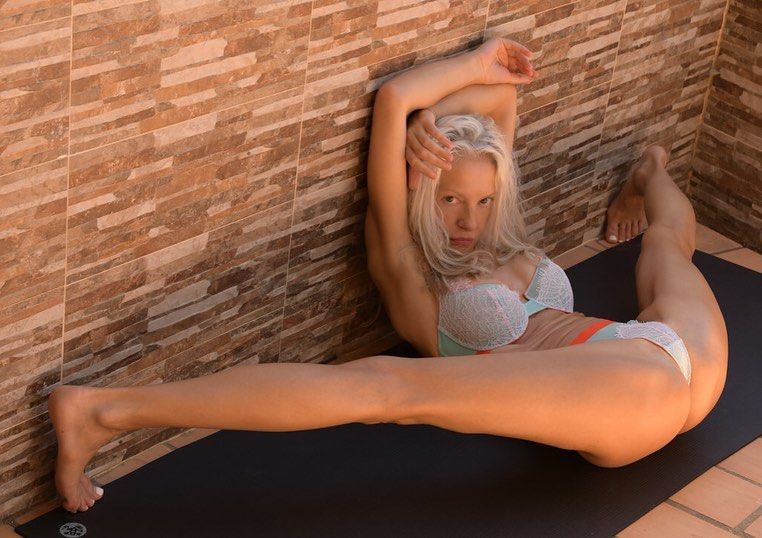 Yoga Flocke Nude & Sexy 125