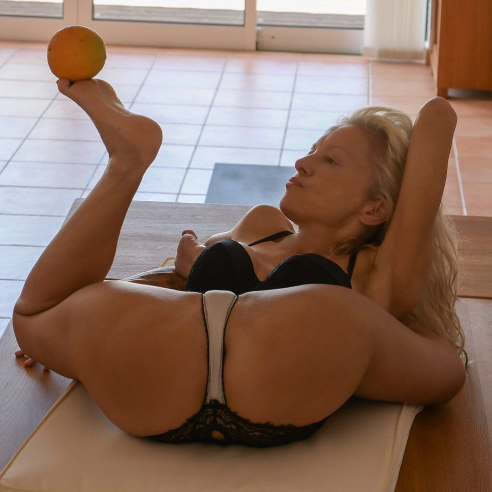 Yoga Flocke Nude & Sexy 130
