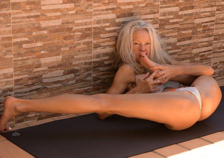 Yoga Flocke Nude & Sexy 144