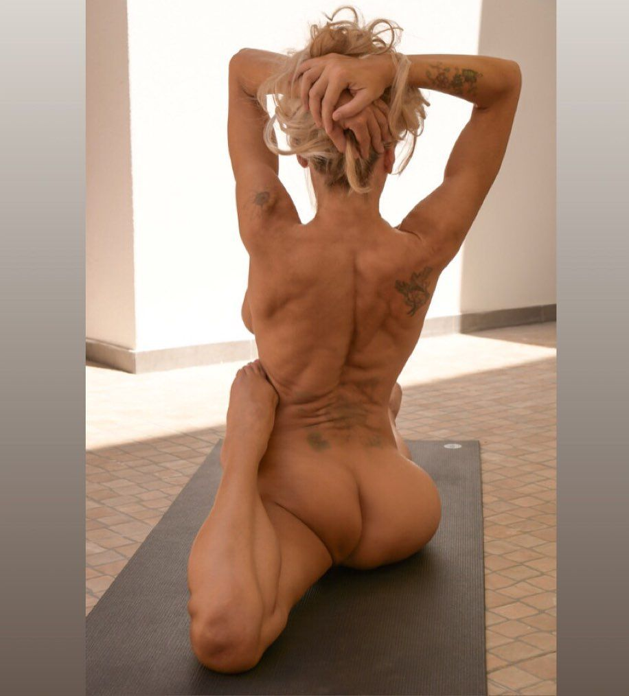 Yoga Flocke Nude & Sexy 145