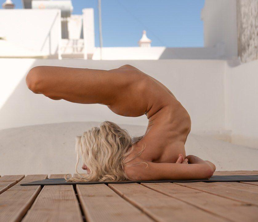 Yoga Flocke Nude & Sexy 196
