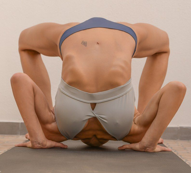 Yoga Flocke Nude & Sexy 198