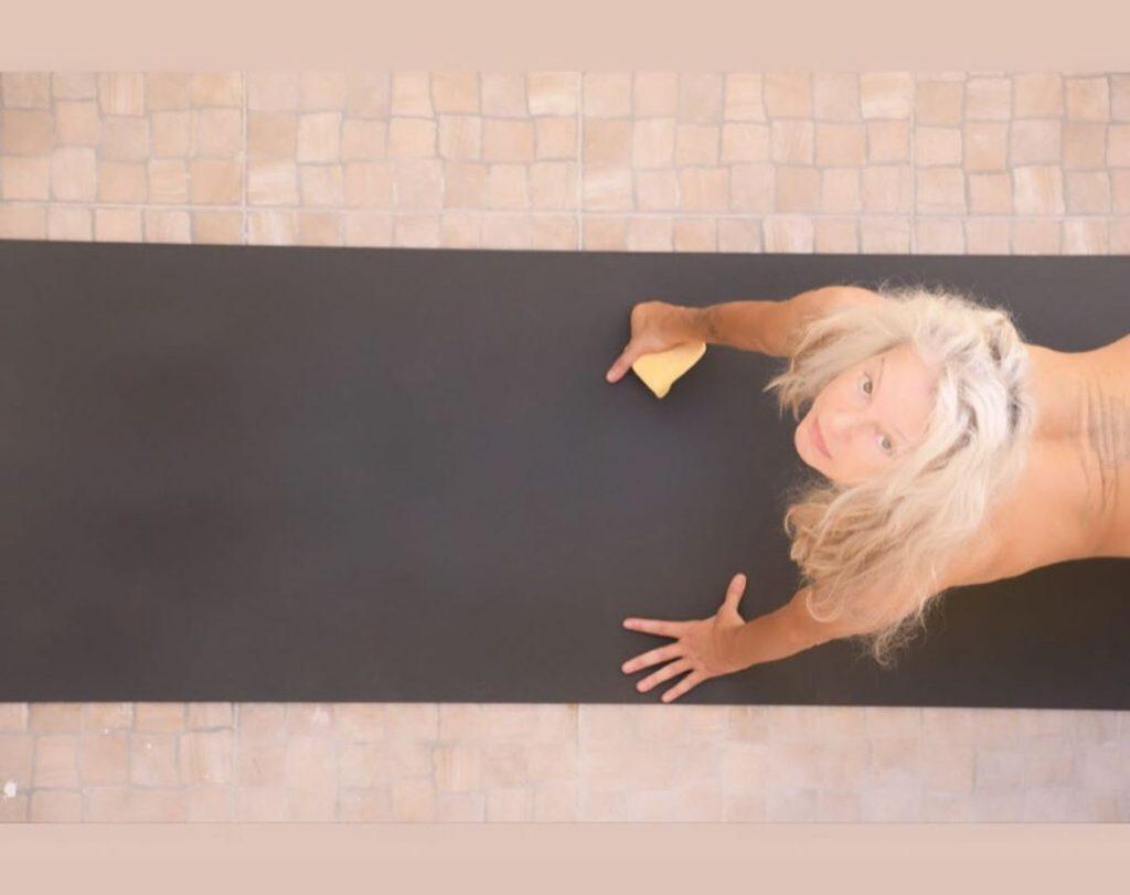 Yoga Flocke Nude & Sexy 199
