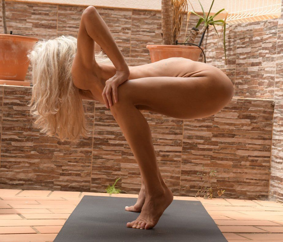 Yoga Flocke Nude & Sexy 027