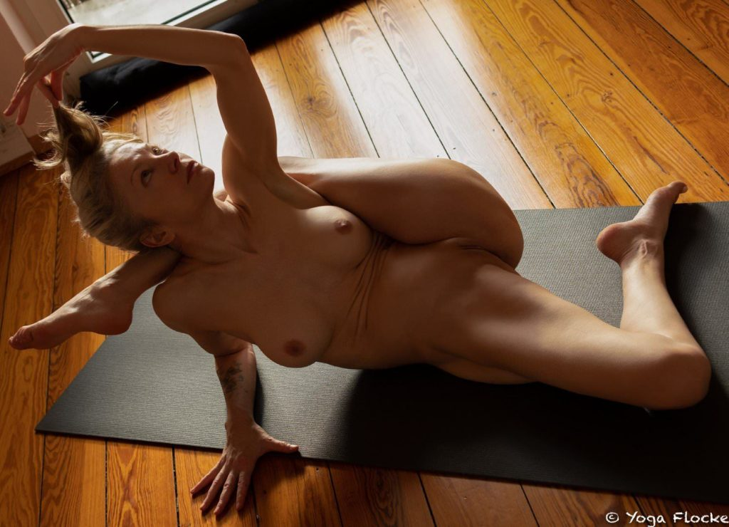 Yoga Flocke Nude & Sexy 005