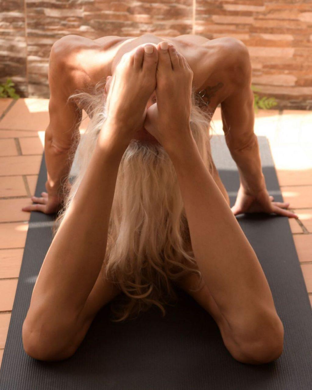 Yoga Flocke Nude & Sexy 036