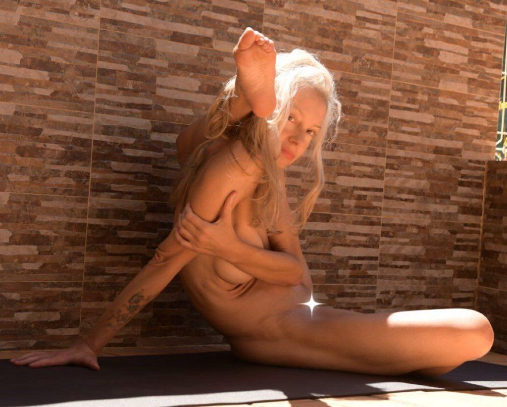 Yoga Flocke Nude & Sexy 037