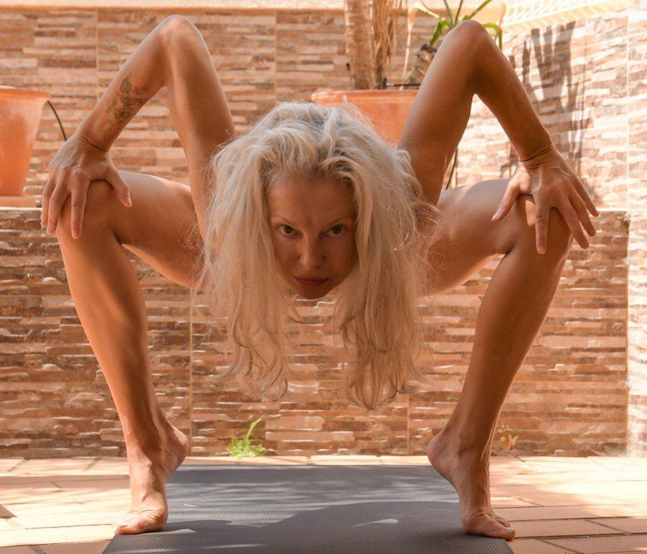 Yoga Flocke Nude & Sexy 040