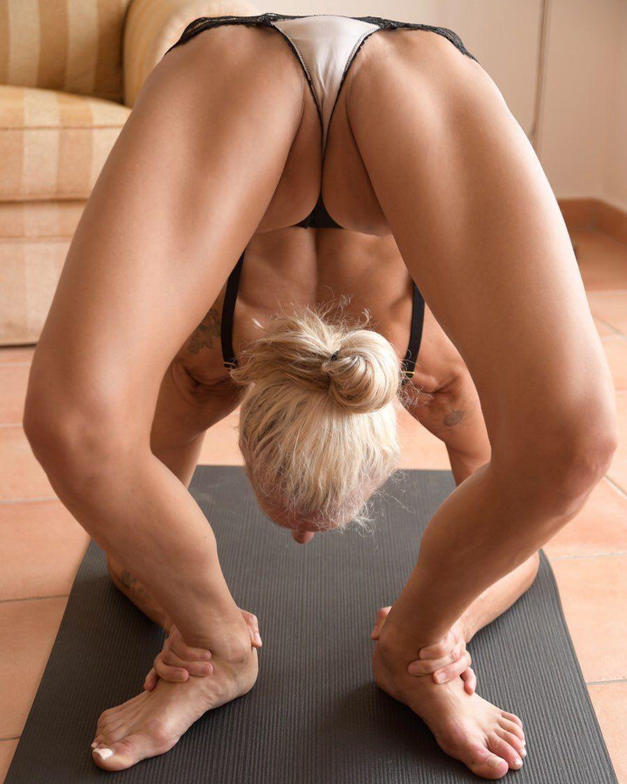 Yoga Flocke Nude & Sexy 042
