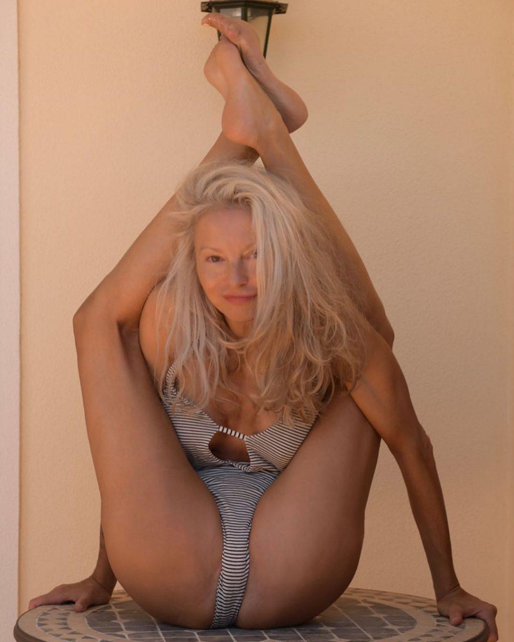 Yoga Flocke Nude & Sexy 044