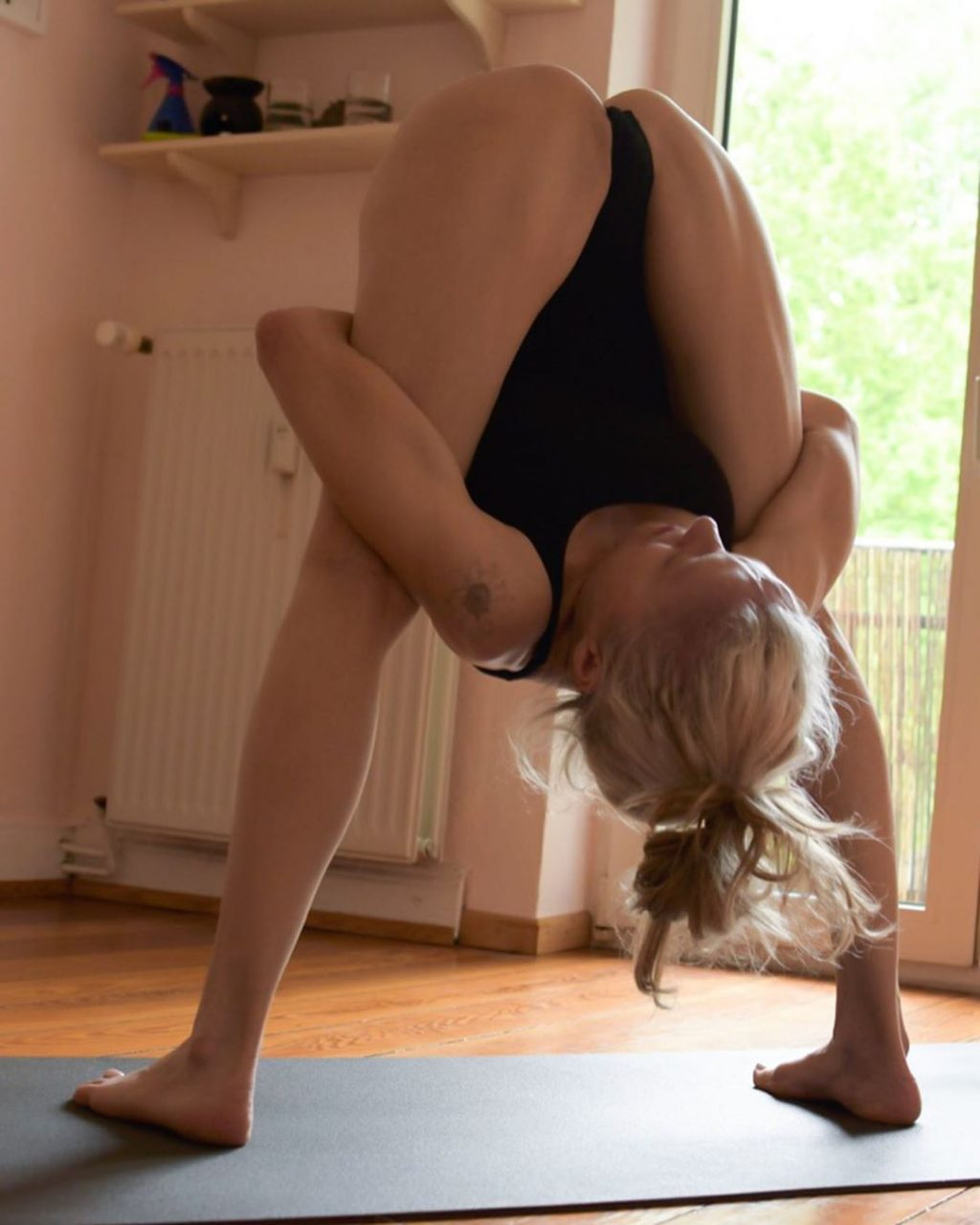 Yoga Flocke Nude & Sexy 050