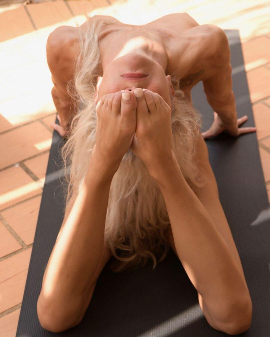 Yoga Flocke Nude & Sexy 054