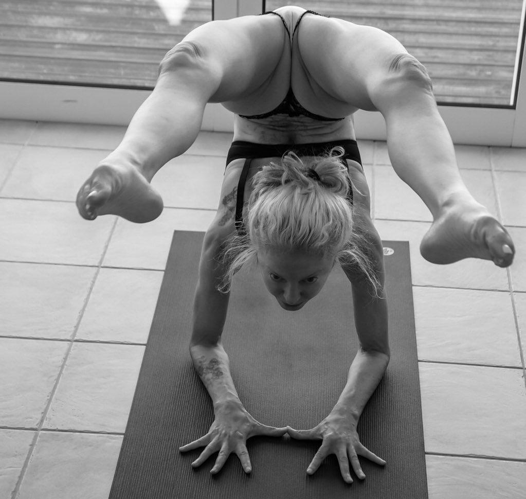 Yoga Flocke Nude & Sexy 056