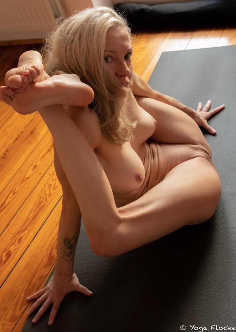 Yoga Flocke Nude & Sexy 065