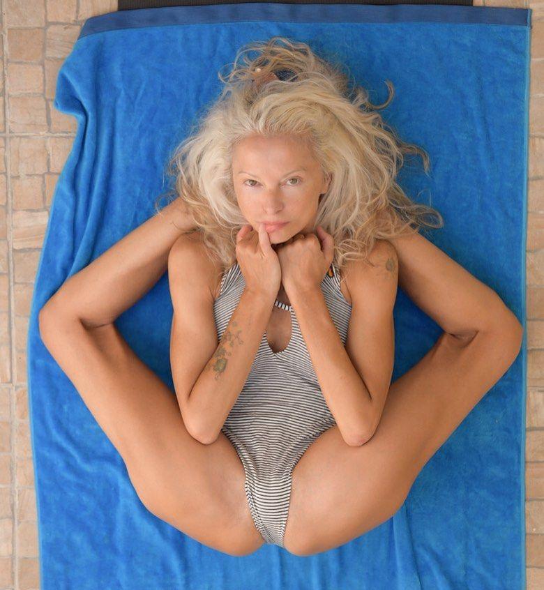 Yoga Flocke Nude & Sexy 066