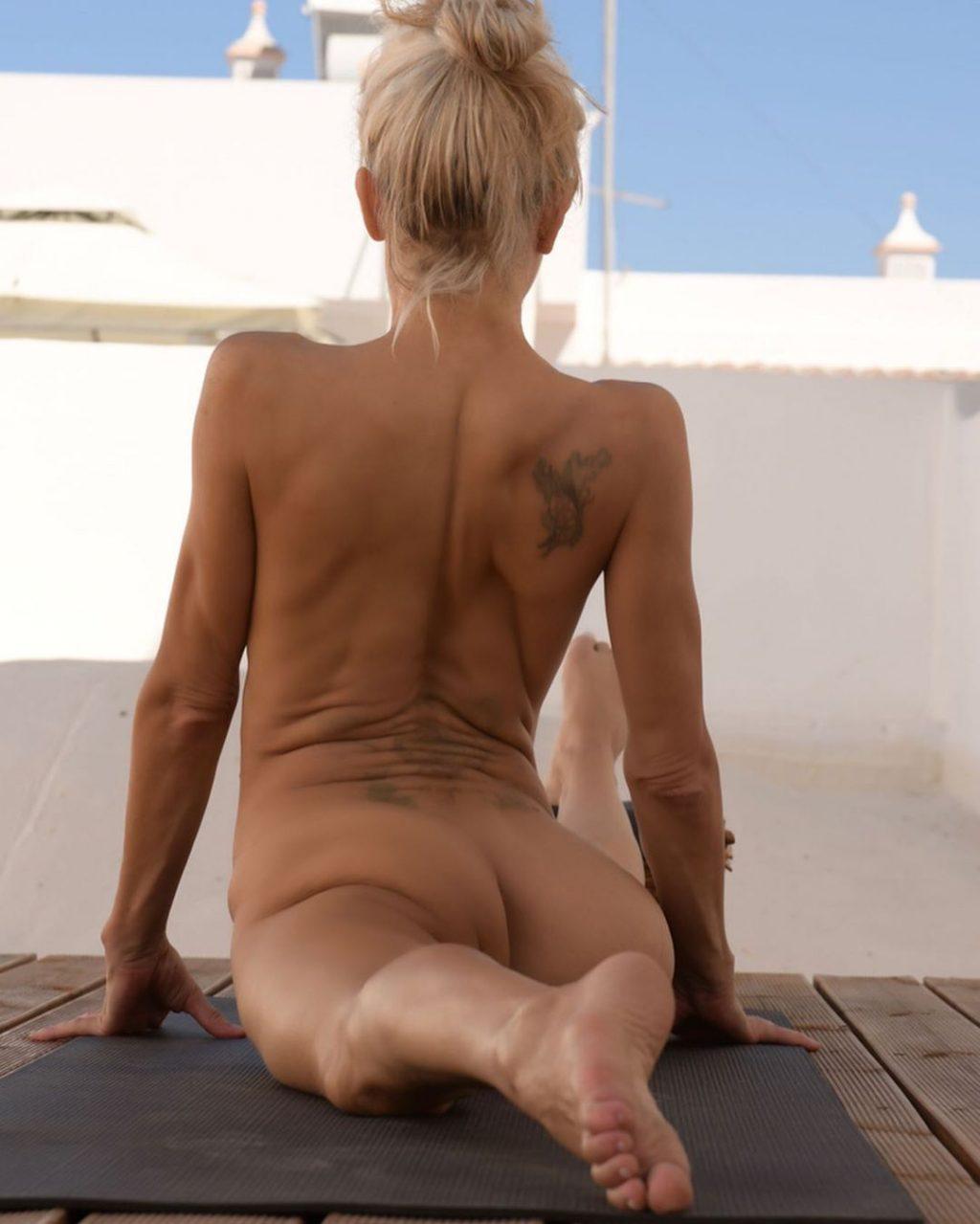Yoga Flocke Nude & Sexy 075