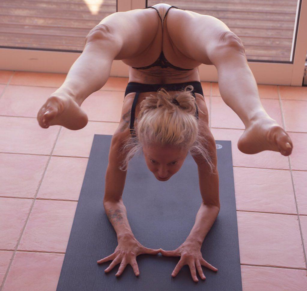 Yoga Flocke Nude & Sexy 076