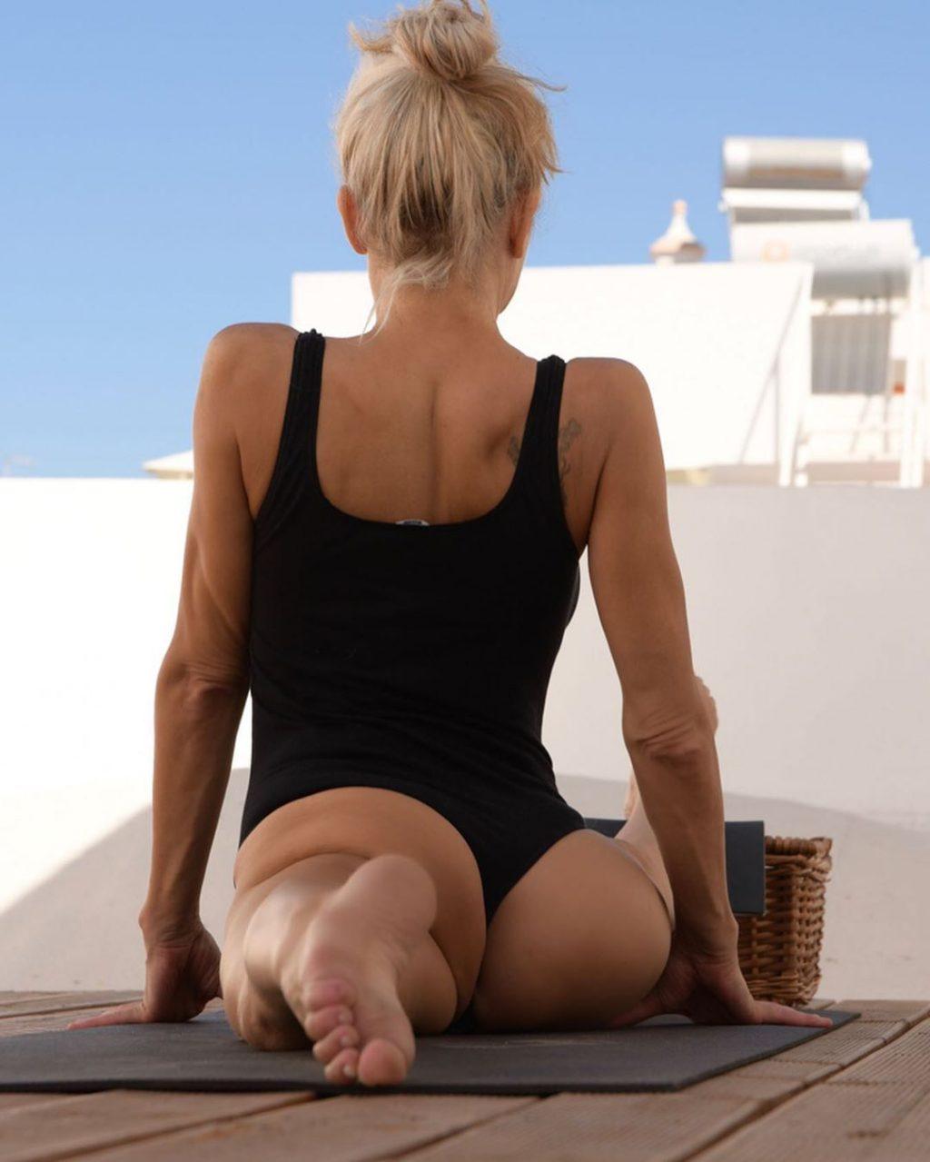 Yoga Flocke Nude & Sexy 080
