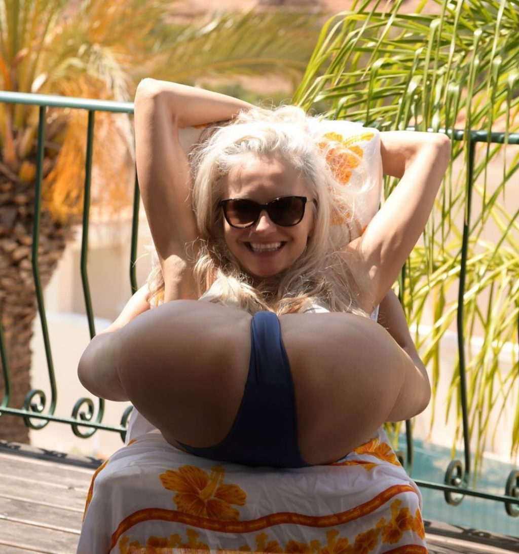 Yoga Flocke Nude & Sexy 010