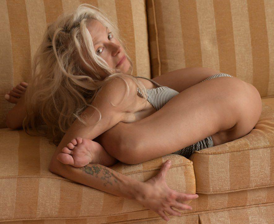 Yoga Flocke Nude & Sexy 095