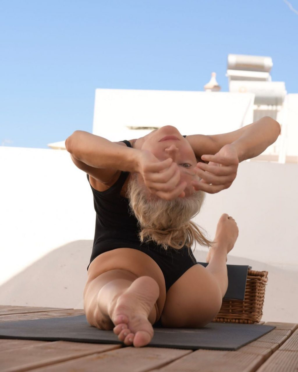Yoga Flocke Nude & Sexy 097