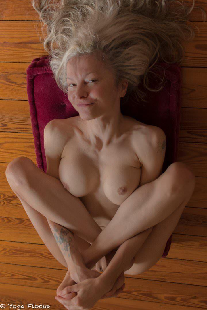 Yoga Flocke Nude & Sexy 098