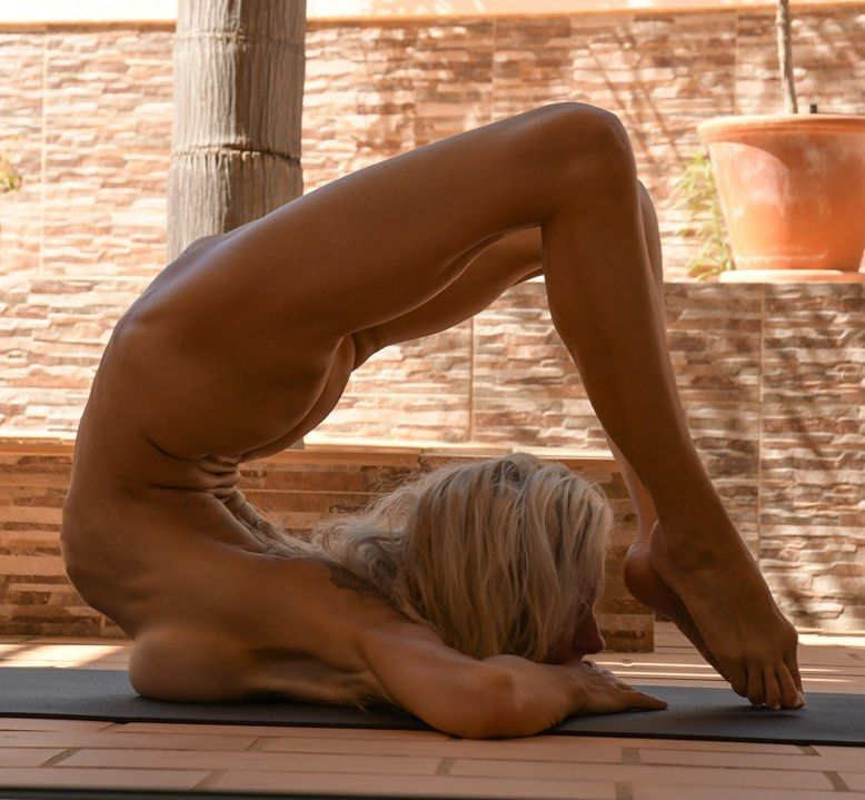 Yoga Flocke Nude & Sexy 100