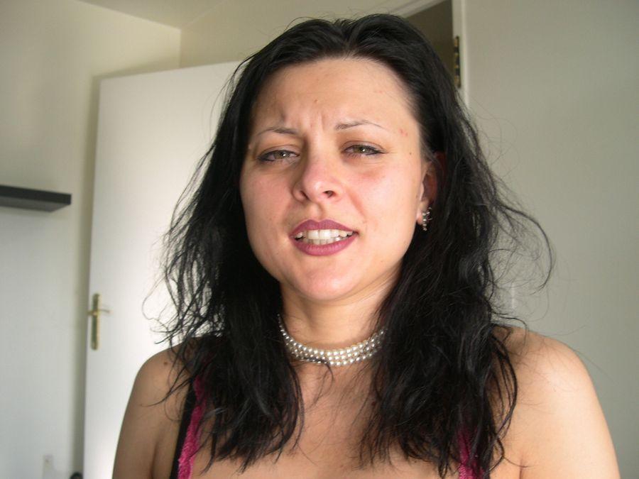 Μελαχρινή, παρτουζιάρα, νυμφομανής, κάνει συλλογή από πούτσους! Koursaros030