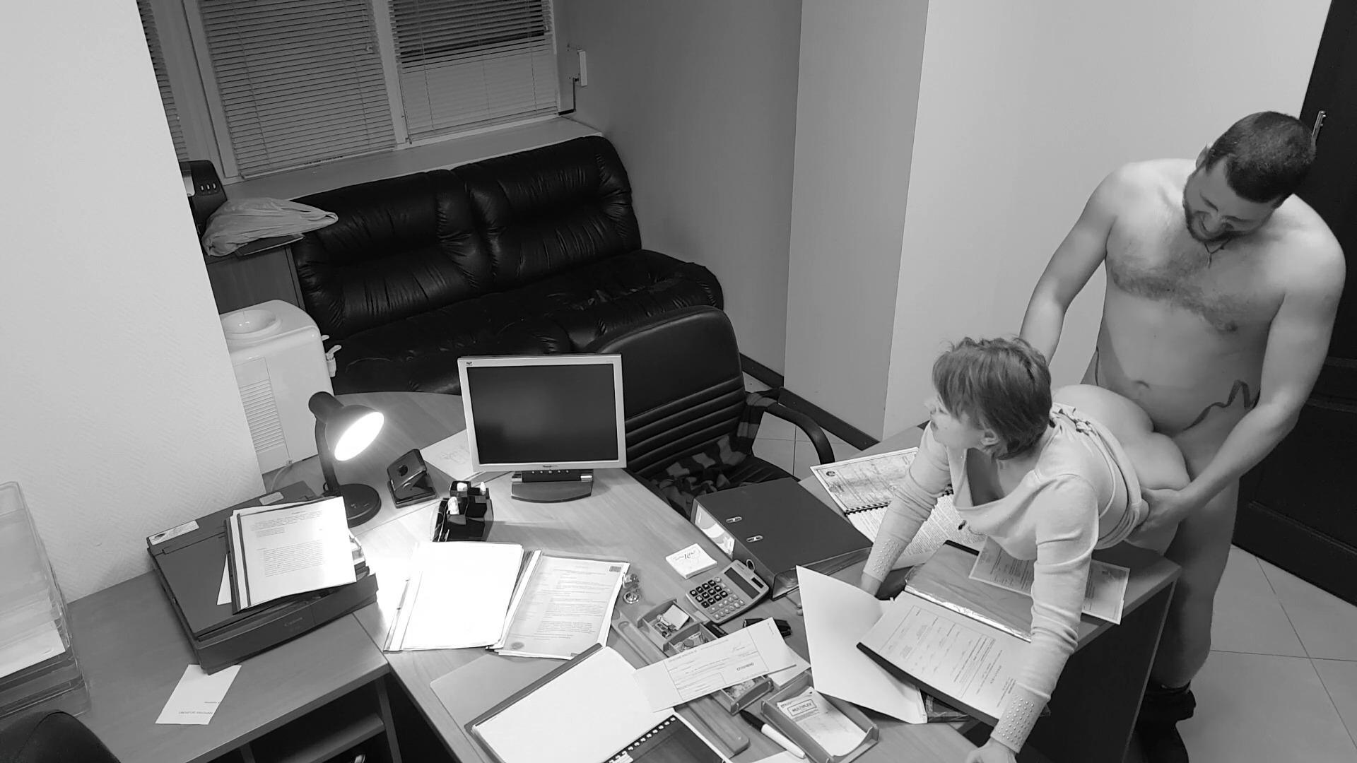 Γραμματέας τσούλα, τον παίρνει στο γραφείο από τον προϊστάμενο! Ερασιτεχνικό βίντεο, από κρυφή κάμερα!