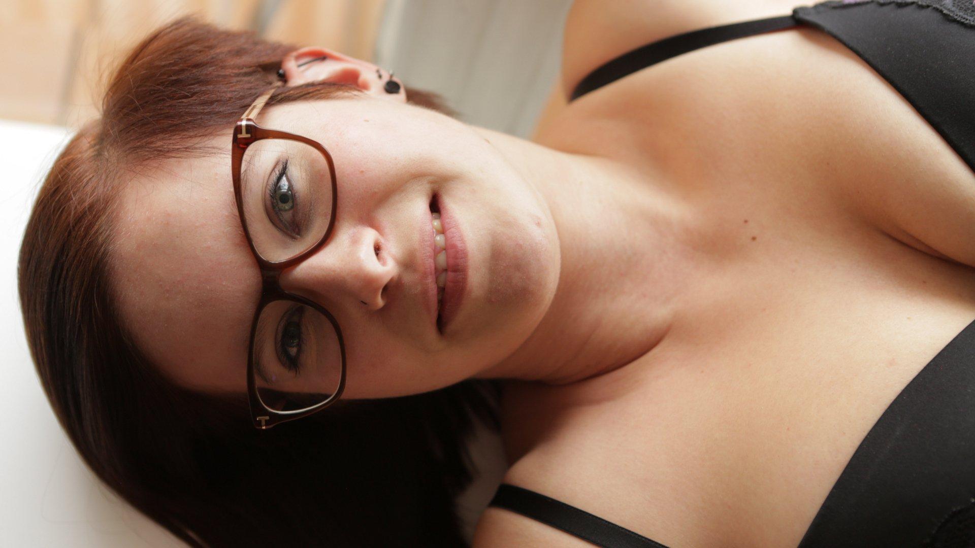 Τα μωρά που φορούν γυαλιά, είναι πολύ καυλωτικά, ειδικά αυτό που έχει και απίστευτες βυζάρες! 0010