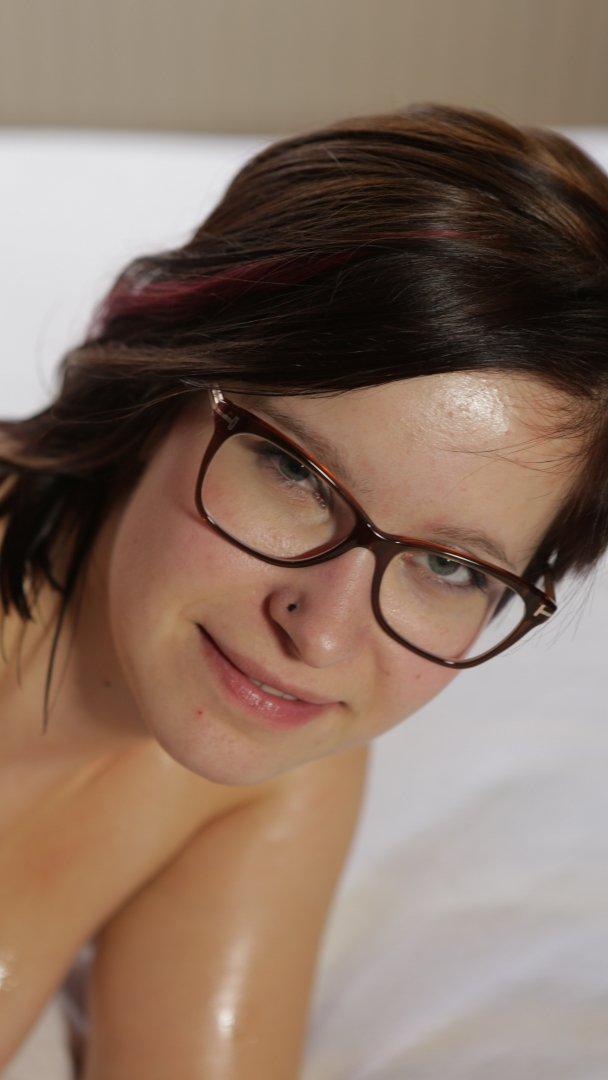 Τα μωρά που φορούν γυαλιά, είναι πολύ καυλωτικά, ειδικά αυτό που έχει και απίστευτες βυζάρες! 0026