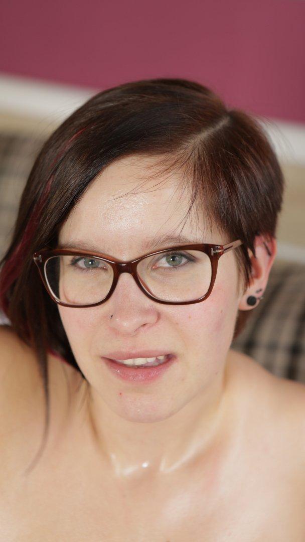 Τα μωρά που φορούν γυαλιά, είναι πολύ καυλωτικά, ειδικά αυτό που έχει και απίστευτες βυζάρες! 0033