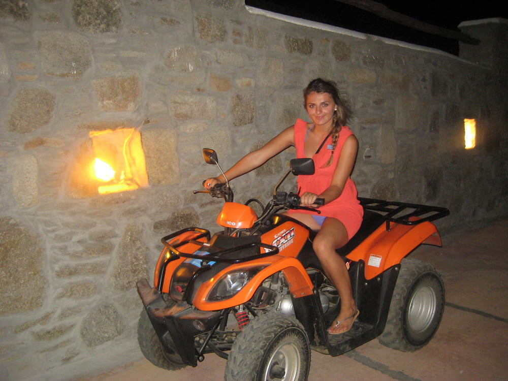Αγγλίδα ψωλίτσα, σε φώτος από διακοπές στην Κρήτη 0016