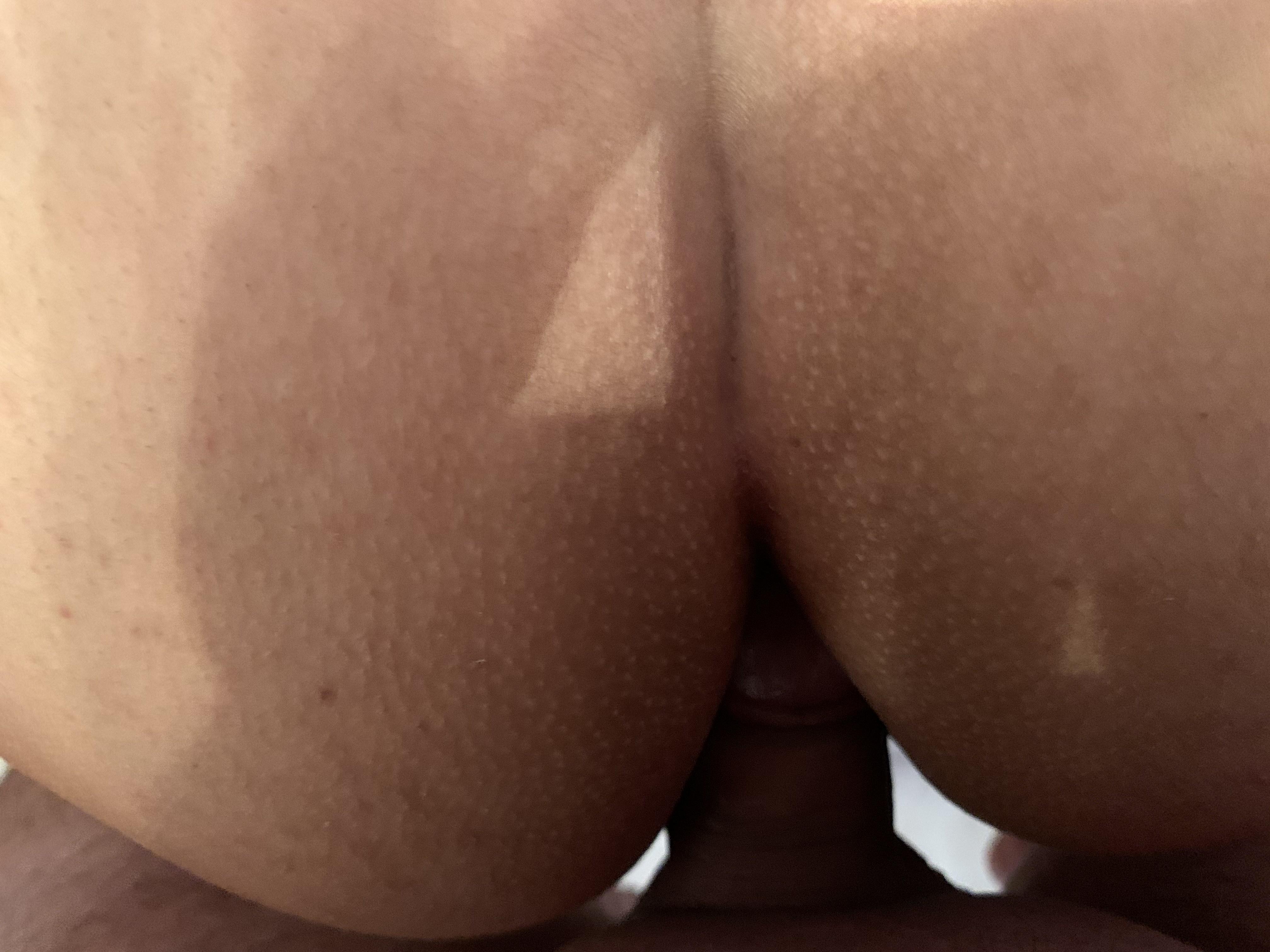 Η Ξένια μοστράρει τις τρύπες της και τη χυμένη της κωλάρα! (9)